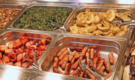 Tablett mit einem Self-Service Buffet mit Fleisch und Aufschnitt