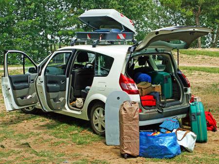 Auto mit Gep�ck bereit f�r den Urlaub fahren geladen