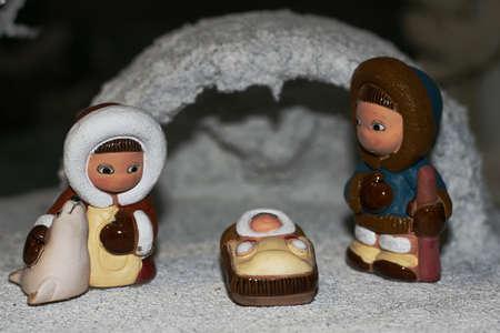 esquimales: Sagrada Familia durante el nacimiento de Jes�s en el pesebre de 01 Foto de archivo