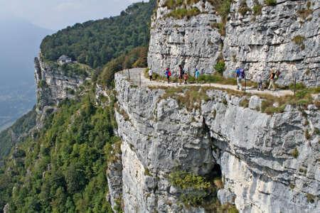 gully: familia camina en las monta�as en el borde de la barranca de Monte Cengio Foto de archivo