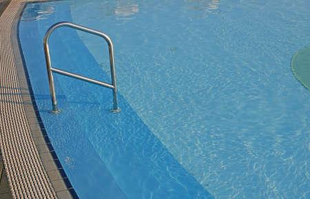 piscina olimpica: el agua azul de la piscina para las competiciones de nataci�n