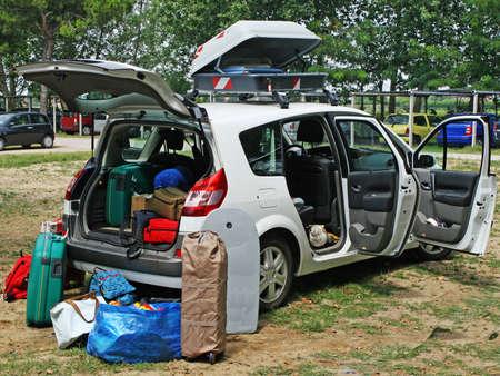 Familie Auto voller Gep�ck bereit f�r den Urlaub Lizenzfreie Bilder