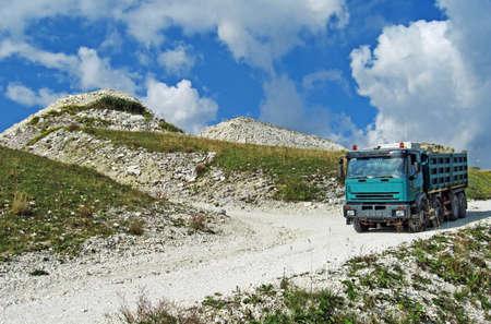 camion volquete: gran cami�n para el transporte en la miner�a de grava Foto de archivo