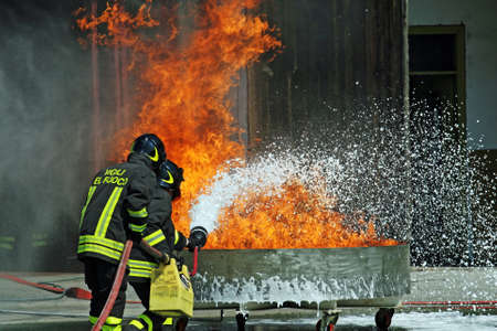 Feuerwehrleute in Aktion w�hrend einer �bung