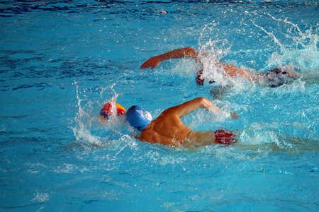 waterpolo: sterke zwemmers tijdens een wedstrijd van de waterpolo in het zwembad
