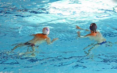 waterpolo: sterke zwemmers tijdens een spelletje waterpolo in het zwembad