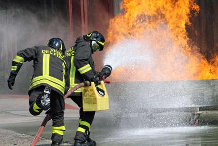 Italienische Feuerwehrleute in Aktion w�hrend einer �bung in der Firehouse Editorial