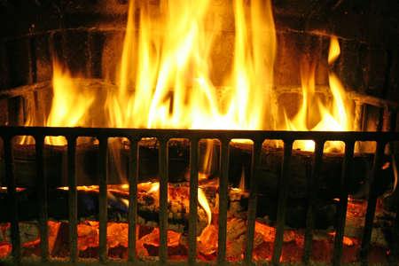 glut: Feuer im Kamin f�r die Herstellung der Glut gegrillt zu kochen