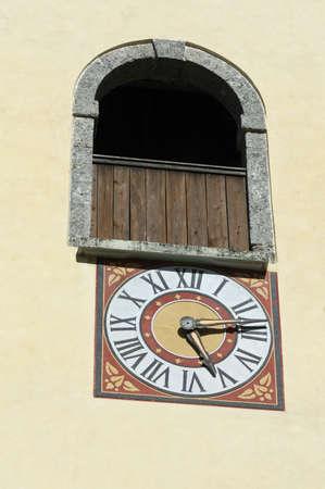 romeinse cijfers: nauwkeurige klok met Romeinse cijfers op de muur van een kerk Bell's Tower Stockfoto