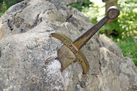 das legend�re Schwert von K�nig Arthur stecken in den Felsen Lizenzfreie Bilder