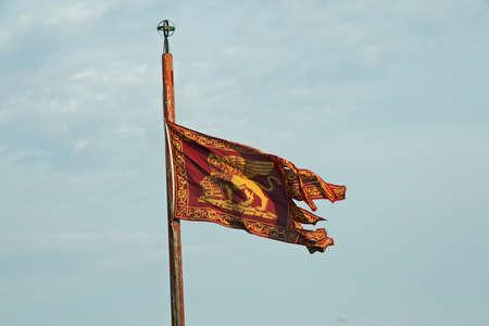 leon alado: bandera con el le�n alado de San Marcos Foto de archivo