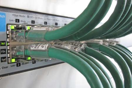 Gr�ne Computer-Netzwerk-Kabel in einem Daten-Rack