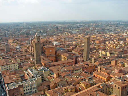 demografia: Vista a�rea de la ciudad de Bolonia, en la regi�n de Emilia Romagna en Italia Foto de archivo