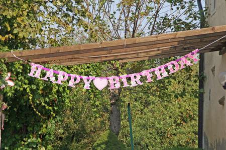Cumpleaños feliz escrito para el cumpleaños de una niña en una casa en el campo Foto de archivo - 15688511