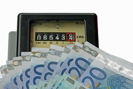 delincuencia: medidor de electricidad al día con muchas euro