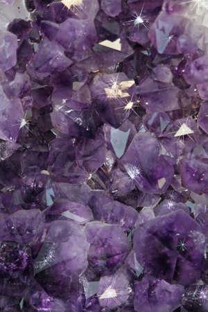 detail van een kostbaar mineraal paars glanzend