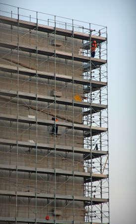 overbuilding: struttura di un cantiere durante la costruzione di un parcheggio