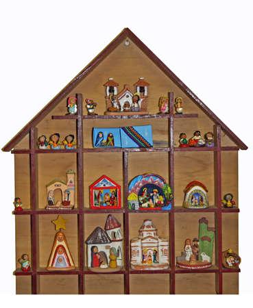 guardería: Cuna con la escena de la natividad con figuras en una casa Foto de archivo