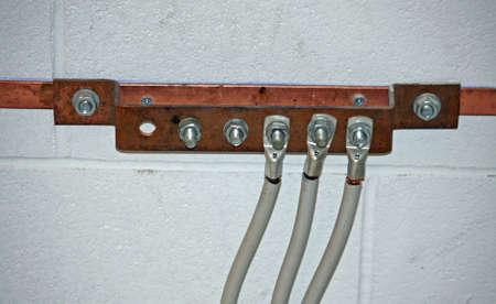 ferreteria: Ground fregadero de cobre con cables el�ctricos conectados en una subestaci�n Foto de archivo