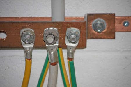 ferreteria: Ground fregadero de cobre con cables eléctricos conectados en una subestación Foto de archivo