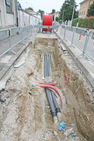 Stra�e Ausgrabungen auf einer Baustelle an Rohrleitungen f�r die Verlegung von Glasfaser-und Stromkabel