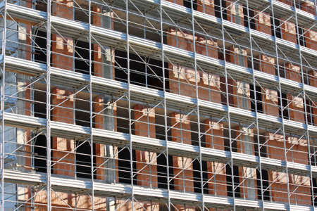 overbuilding: ponteggi durante la costruzione di un edificio in un cantiere edile
