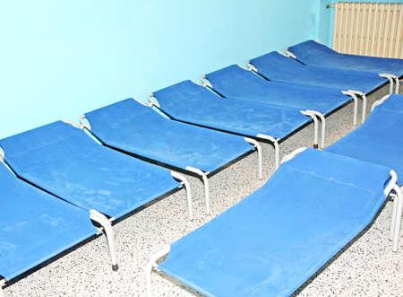 akademik: Niebieski łóżka polowe i małe łóżka za spanie w ofa wieloosobowym przedszkola dla dzieci
