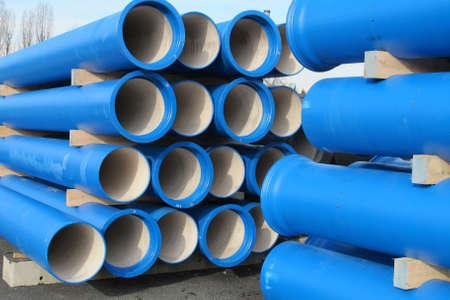 Pf�hle aus Beton blauen Rohre f�r den Transport von Wasser und Abwasser