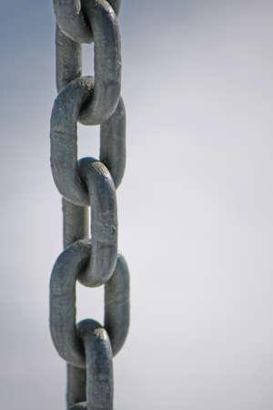 ironmongery: cadena robusto acero inoxidable con anillos todos juntos verticalmente Foto de archivo