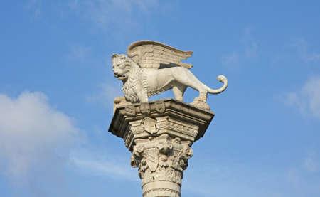 leon con alas: León alado símbolo de mármol de la República de Venecia sobre la columna de la plaza principal
