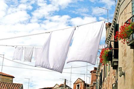 vêtements mis à sécher sur un canal