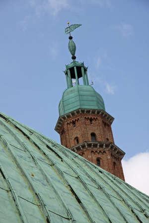 oxidized: cobre oxidado techo verde en la Bas�lica Palladiana y alta torre Foto de archivo