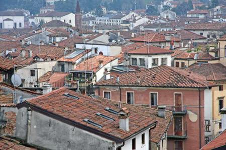 demografia: techos de tejas rojas y casas en un pueblo italiano antiguo Foto de archivo