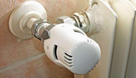 thermostatische afsluiter van de verwarming in huis om gas te besparen tijdens de winter