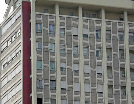 demografia: enormes edificios de apartamentos con varios apartamentos en una ciudad del norte de Italia