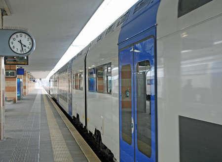 cuadro sinoptico: la estación de tren con un tren en las vías listos para partir