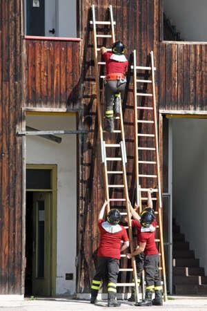 estacion de bomberos: ejercicio y el entrenamiento de los bomberos en la estaci�n de bomberos con escalera de madera