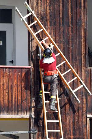 estacion de bomberos: ejercicio y el entrenamiento de los bomberos en la estaci?n de bomberos con escalera de madera Foto de archivo