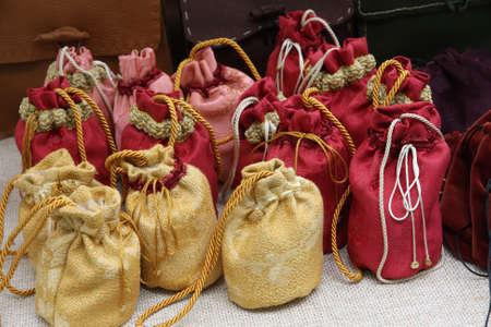 medioevo: carino sacchetti per deporre le monete o le spezie nel medioevo Archivio Fotografico