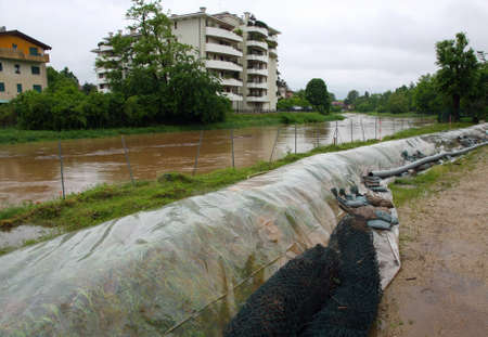 dikes: New emergency dikes to stem the flood of the river Bacchiglione
