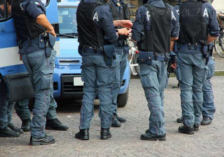 bulletproof: Polic�as italianos con chaleco antibalas y armado durante un mot�n en la ciudad Foto de archivo