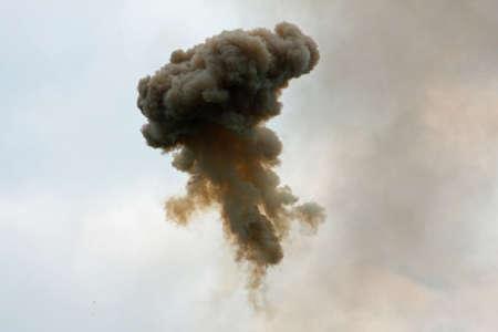 bombe atomique: nuage dangereuse et dramatique de fum�e noire apr�s une explosion dans le ciel