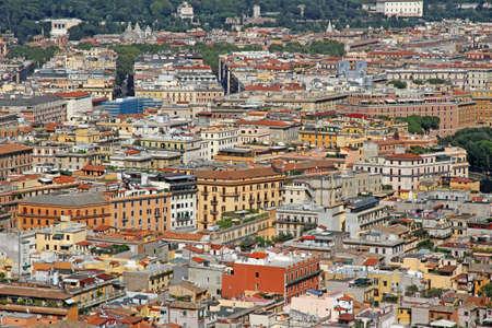 demografia: muchas casas atestadas visto desde la parte superior de la gran metr�poli de Roma en Italia