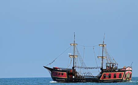 vieux pirate navigue les mers à la recherche de conseil et de pillage