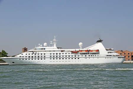 mares: enorme crucero saliendo desde las cabezas Marina a destinos ex�ticos y mares soleados Foto de archivo