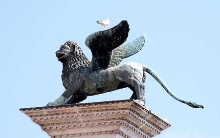 leon alado: hermosa estatua del le�n alado, s�mbolo de la Seren�sima Rep�blica de Venecia, en el norte de Italia