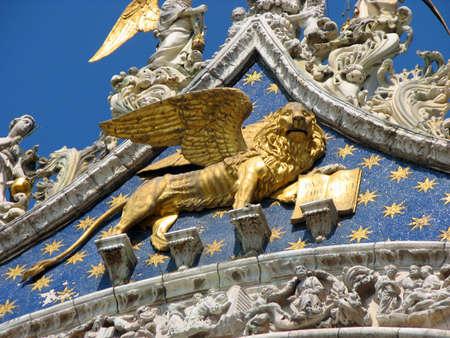 leon alado: hermosa estatua dorada de le�n alado, s�mbolo de la Seren�sima Rep�blica de Venecia, en el norte de Italia
