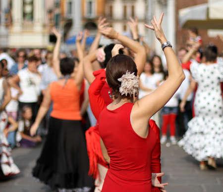 Flamenco-T�nzerinnen-Experte und spanischen Tanz mit eleganten historischen Kost�men Lizenzfreie Bilder