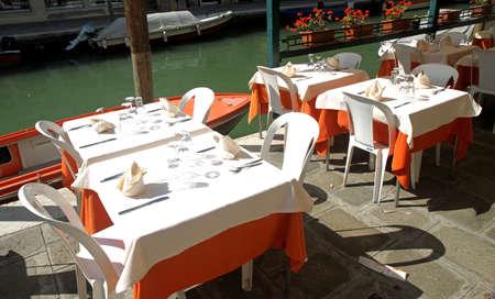 mesa de un elegante restaurante italiano en el canal de Venecia Foto de archivo - 22557639