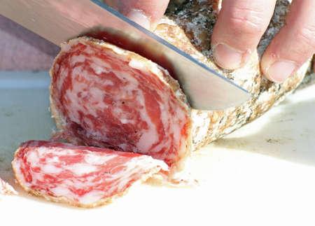 triglycerides: carnicero experto en cortar el salami con un cuchillo muy afilado 2
